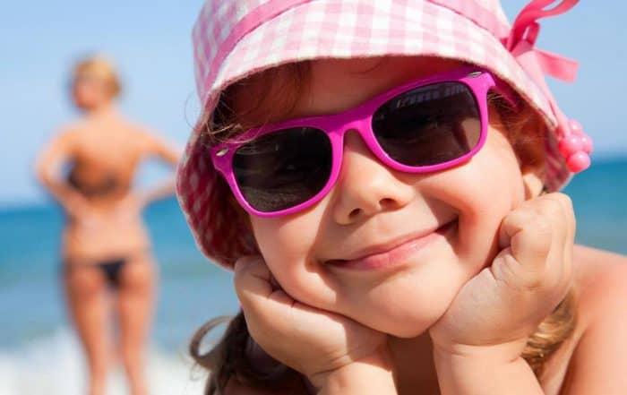 Bambina felice al mare in primo piano