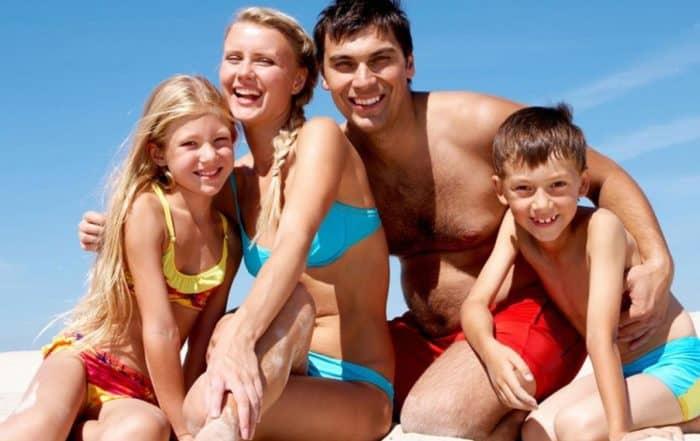 Famiglia felice in spiaggia