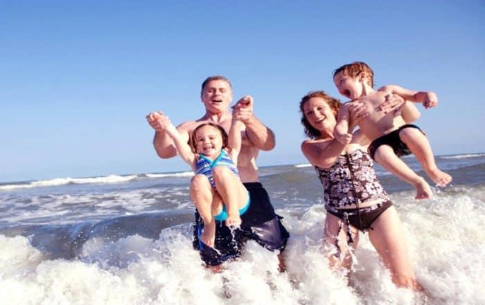 Famiglia felice al mare a Igea Marina